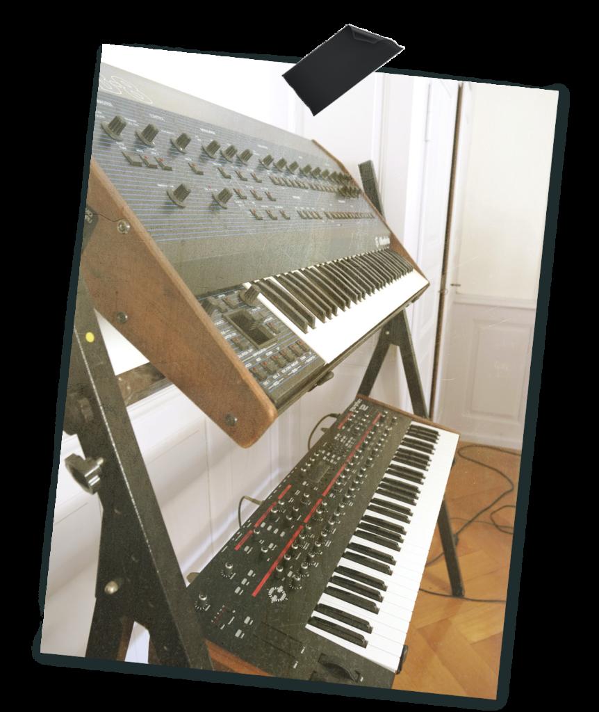 Synthés dans le studio de Vincent Joliat
